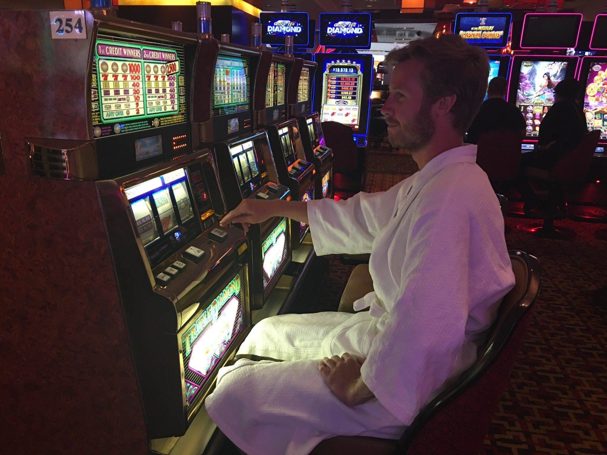 Jonathan and the slot machine in Golden Nugget Hotel - Casino Guide for Beginners in Las Vegas