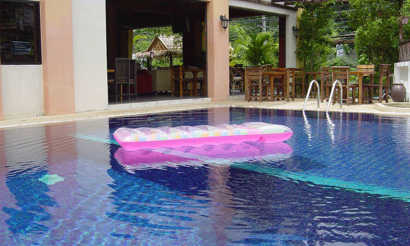Best backpacker hostels w beautiful swimming pools in south east asia for Swimming pools in the north east
