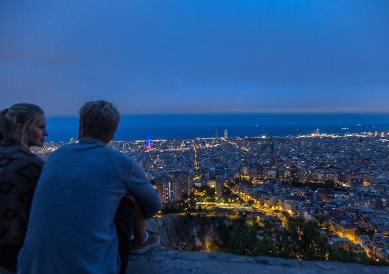 two monkeys travel - barcelona night life