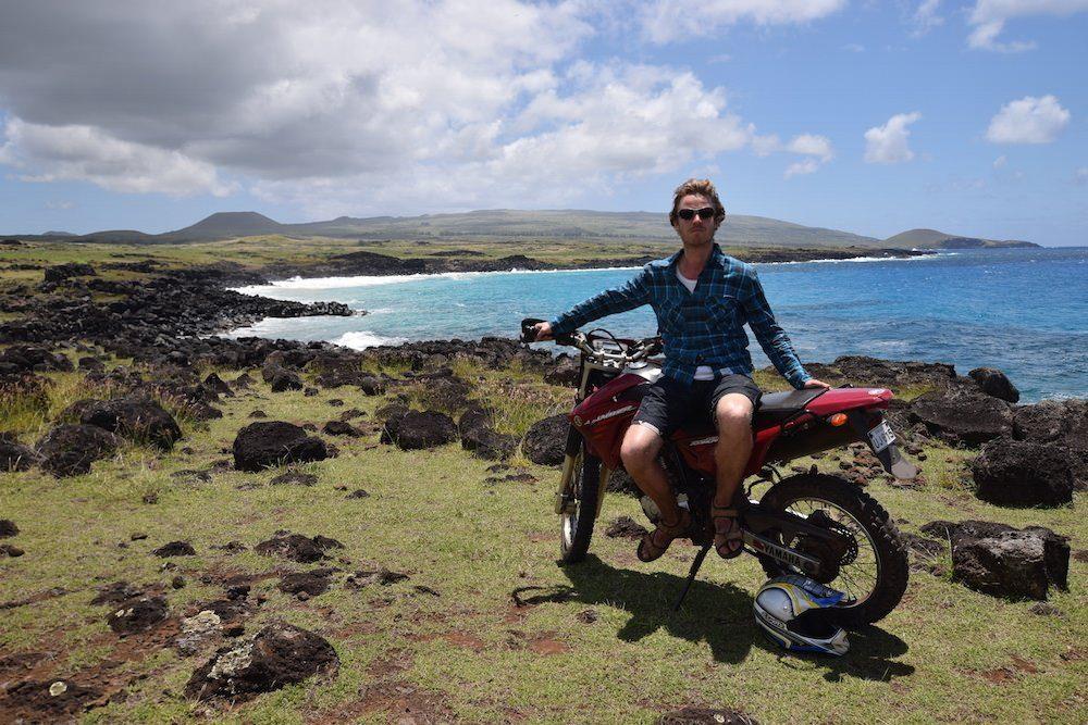 two monkeys travel - honeymoon easter island