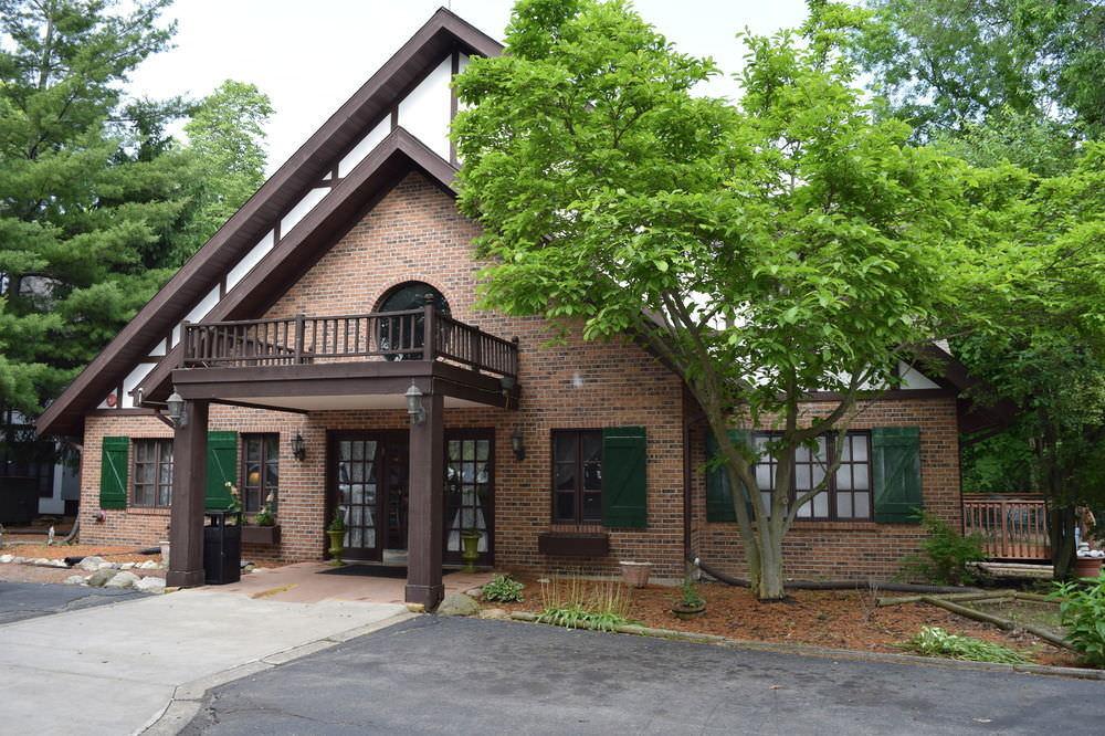 Ultimate List of Best Luxury Hotels in Porter, Michigan, Spring House Inn