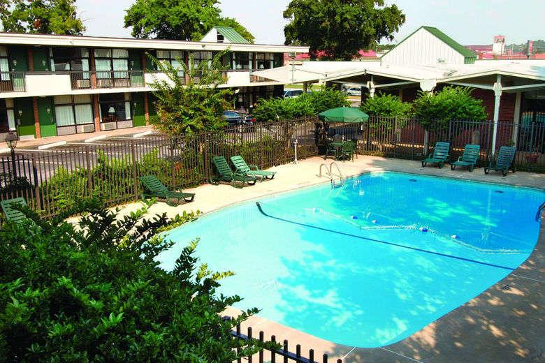 Ultimate List of Best Cheap Hostels for Backpackers in Columbus, Howard Johnson Inn & Suites Columbus