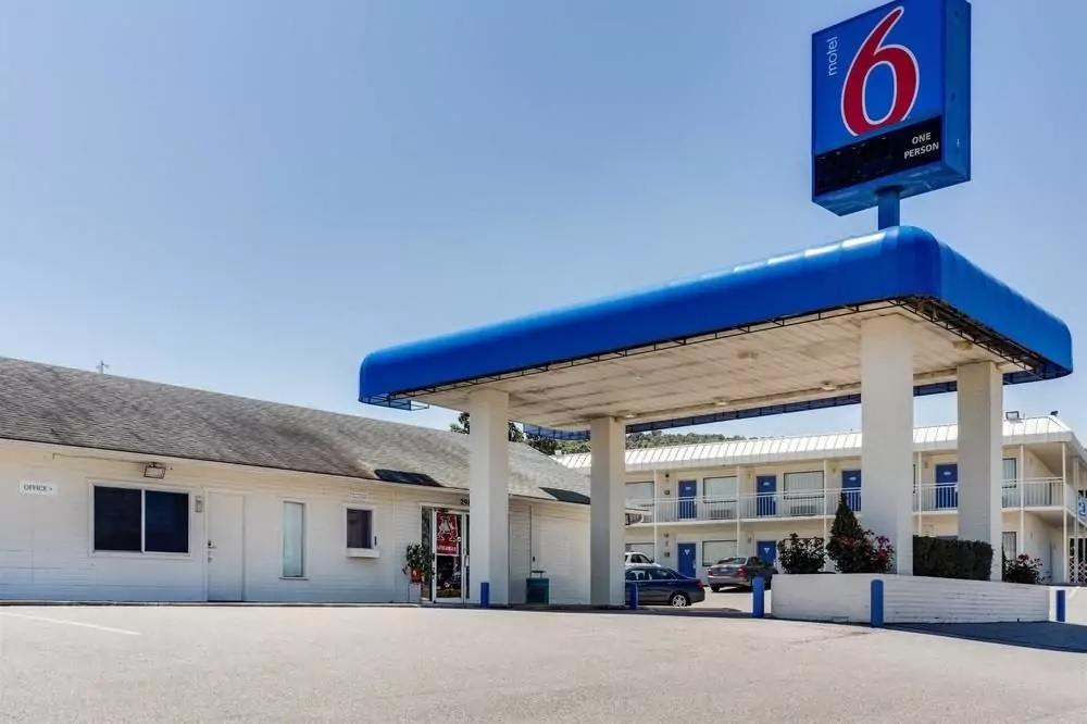 Ultimate List of Best Cheap Hostels for Backpackers in Fayetteville, Arkansas, Motel 6 Fayetteville
