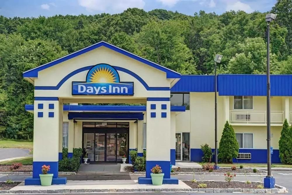 Ultimate List of Best Cheap Hostels for Backpackers in Southington, Connecticut, Days Inn Southington