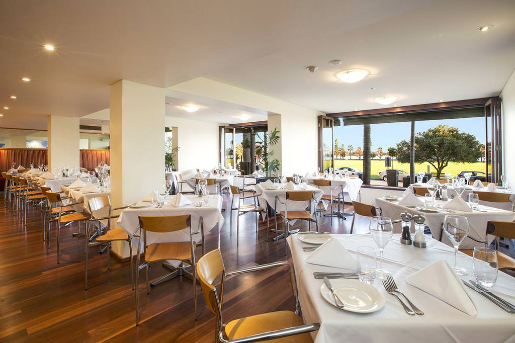 Crowne Plaza Perth A Wonderful Hotel Experience Enhanced by an Expected Reunion Gusti Restaurant & Bar
