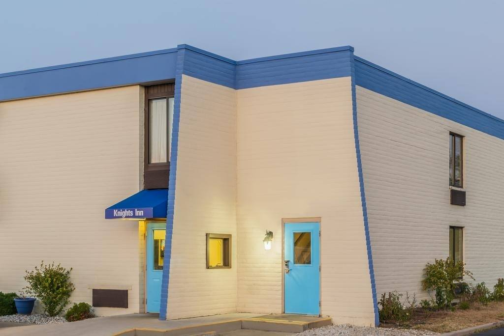 Ultimate List of Best Cheap Hostels for Backpackers in Dayton, Ohio, Knights Inn Dayton North