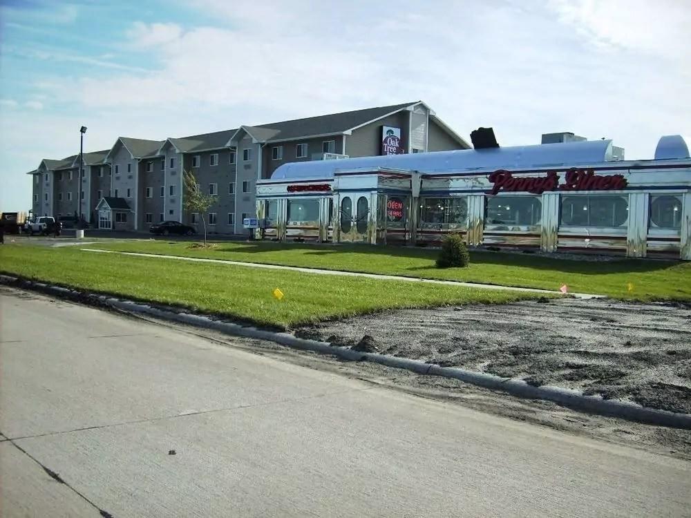 Ultimate List of Best Cheap Hostels for Backpackers in Fremont CIty, Nebraska, Oak Tree Inn Fremont