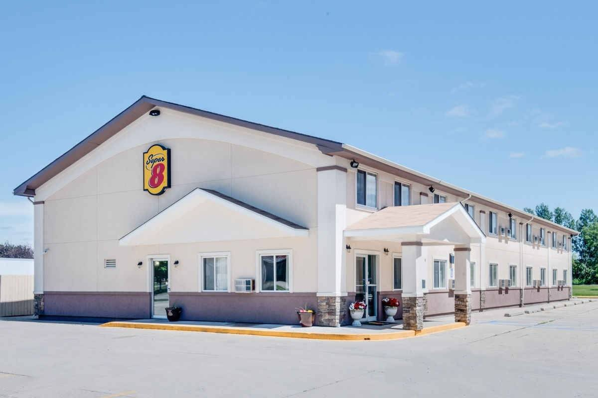 Ultimate List of Best Cheap Hostels for Backpackers in Grand Forks City, North Dakota, Super 8 Grand Forks