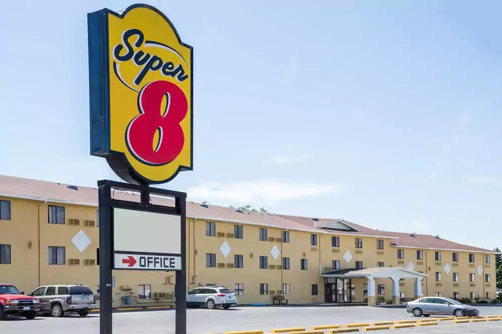 Ultimate List of Best Cheap Hostels for Backpackers in Great Falls city, Montana, Super 8 Great Falls