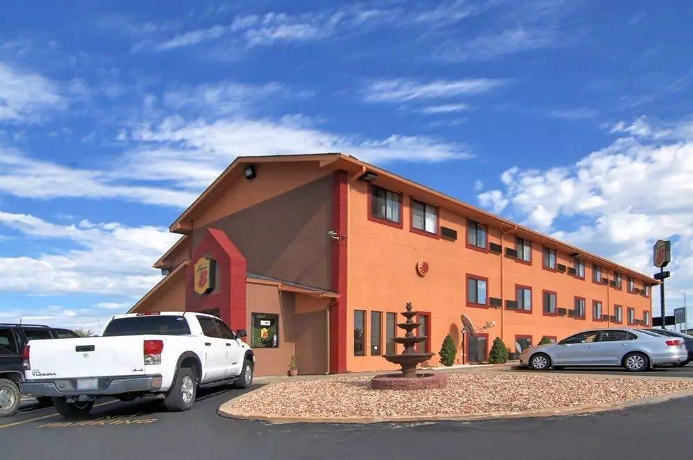 Ultimate List of Best Cheap Hostels for Backpackers in Kansas City, Missouri, Super 8 Kansas City Airport