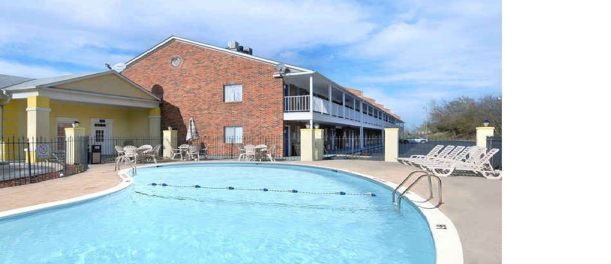 Ultimate List of Best Cheap Hostels for Backpackers in Lawrence, Kansas, Days Inn Lawrence