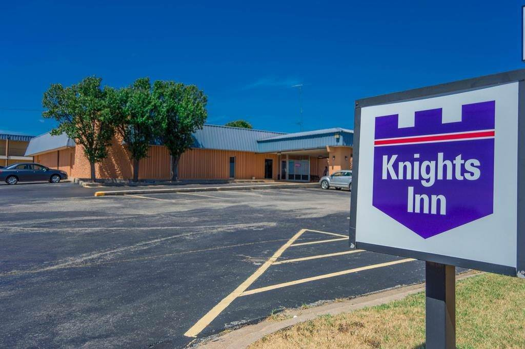 Ultimate List of Best Cheap Hostels for Backpackers in Lawton, Oklahoma, Knights Inn Lawton