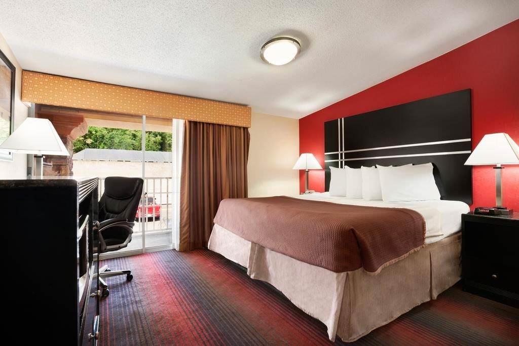 Ultimate List of Best Cheap Hostels for Backpackers in Newark City, New Jersey, Howard Johnson Express Inn