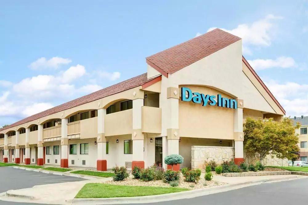 Ultimate List of Best Cheap Hostels for Backpackers in Overland Park, Kansas, Days Inn Overland Park
