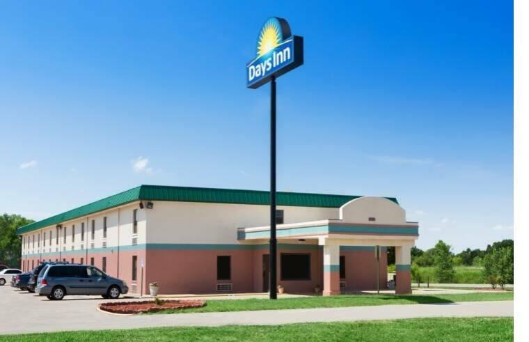 Ultimate List of Best Cheap Hostels for Backpackers in Wichita, Kansas, Days Inn Wichita North