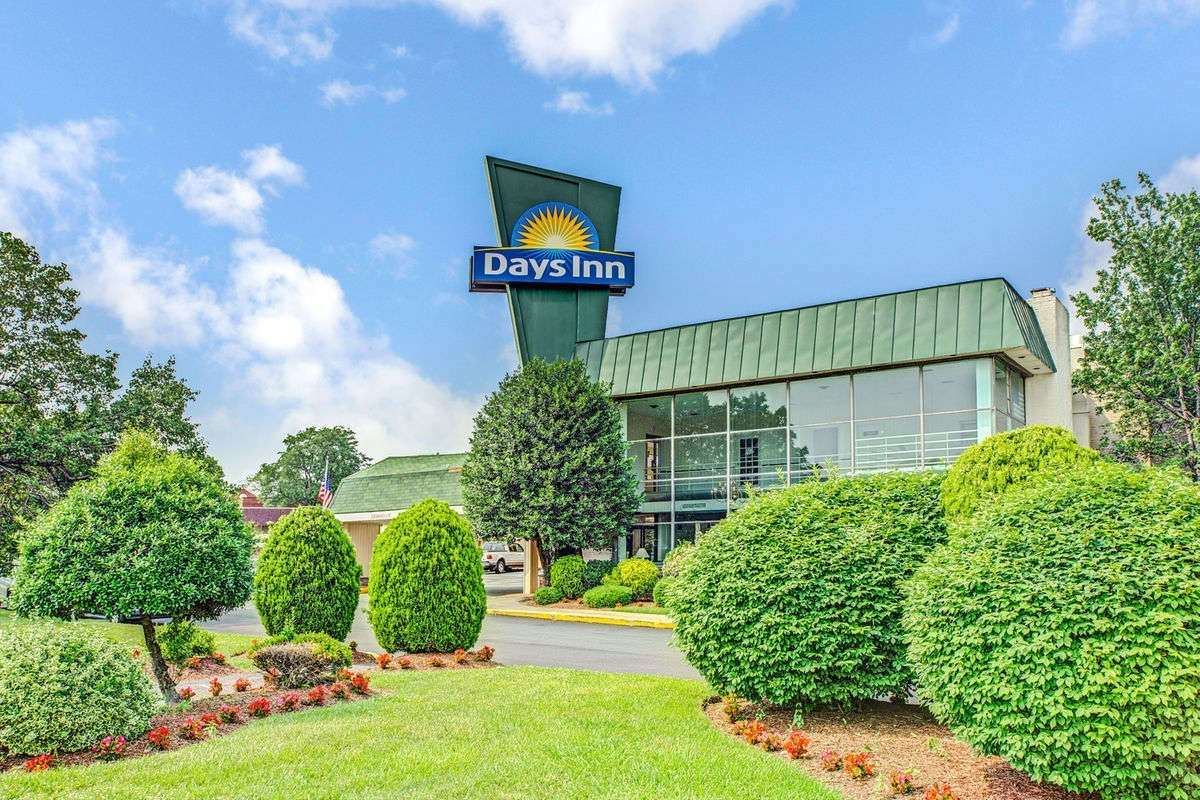 Ultimate List of Best Cheap Hostels for Backpackers in Arlington, Virginia, Days Inn Arlington