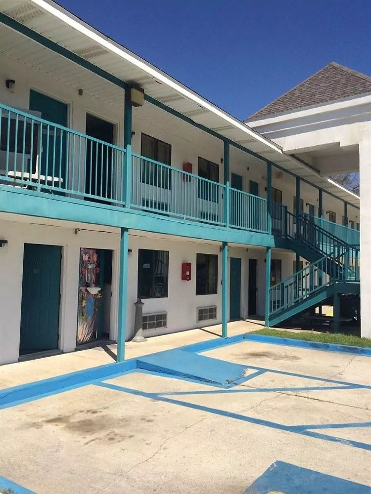 Ultimate List of Best Cheap Hostels for Backpackers in Biloxi, Mississippi, Broadway Inn Express