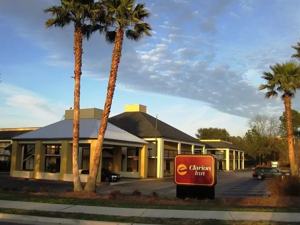 Ultimate List of Best Cheap Hostels for Backpackers in Charleston, South Carolina, Clarion Inn - Mount Pleasant Charleston