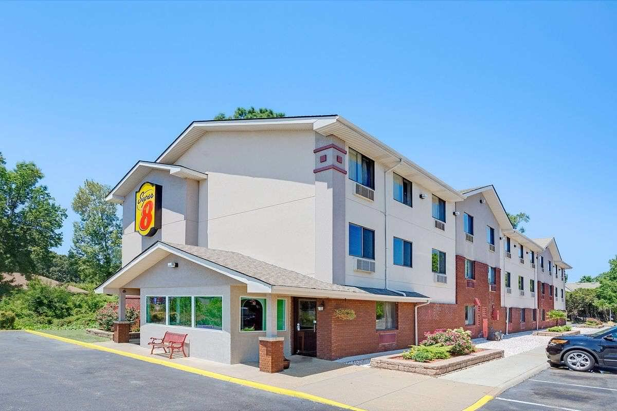 Ultimate List of Best Cheap Hostels for Backpackers in Chesapeake, Virginia, Super 8 Chesapeake