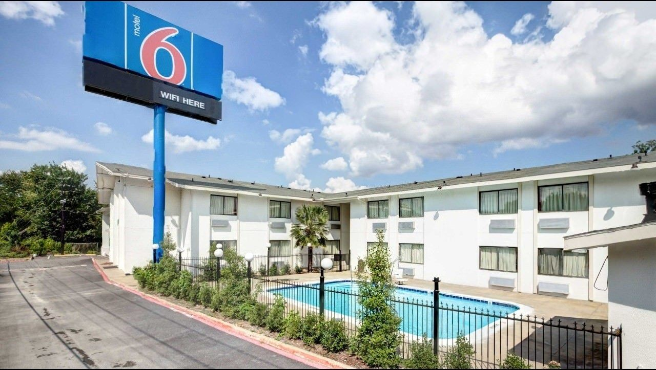 Ultimate List of Best Cheap Hostels for Backpackers in Dallas, Texas, Motel 6 Dallas - South