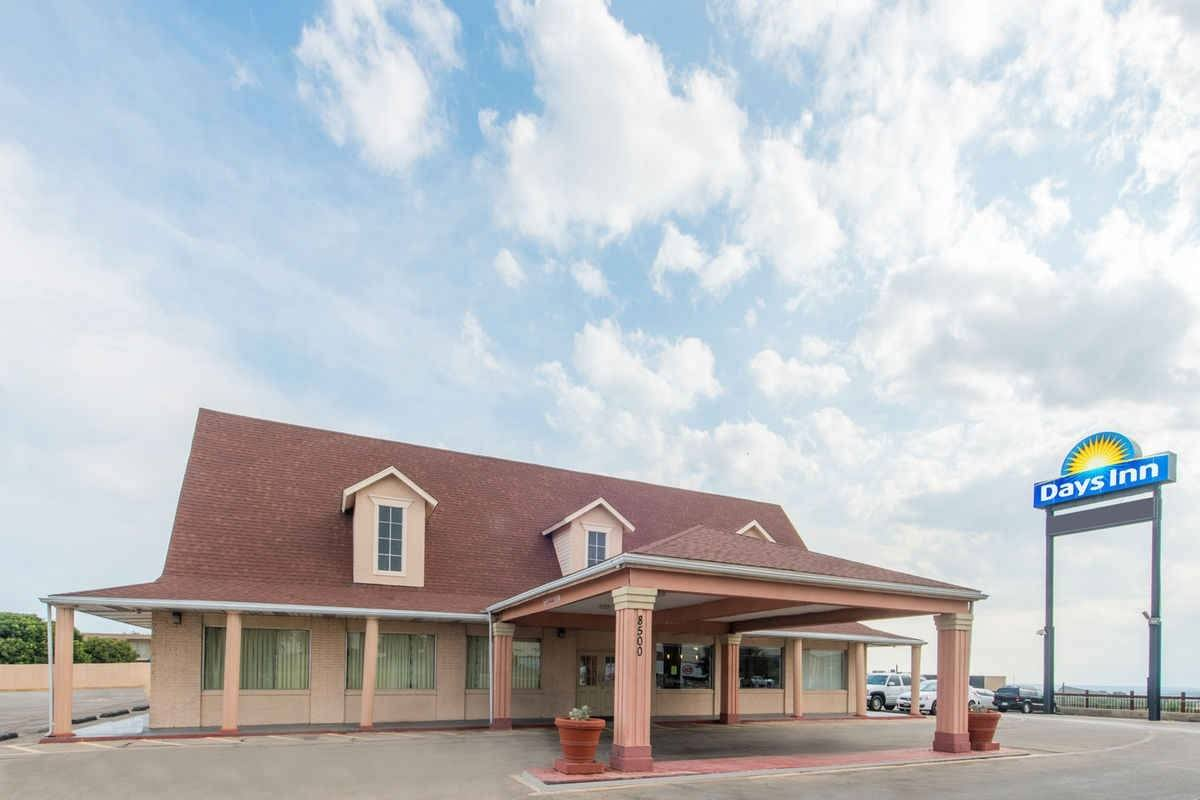 Ultimate List of Best Cheap Hostels for Backpackers in Fort Worth, Texas, Days Inn Fort Worth West