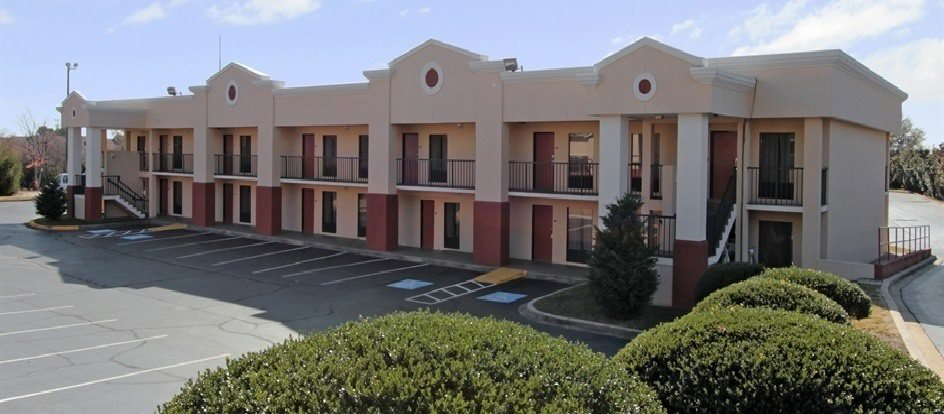 Ultimate List of Best Cheap Hostels for Backpackers in Greenville, South Carolina, Clarion Inn & Suites Greenville