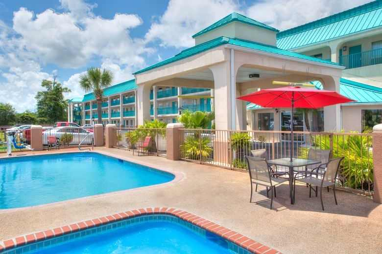 Ultimate List of Best Cheap Hostels for Backpackers in Gulfport, Mississippi, Days Inn - Gulfport