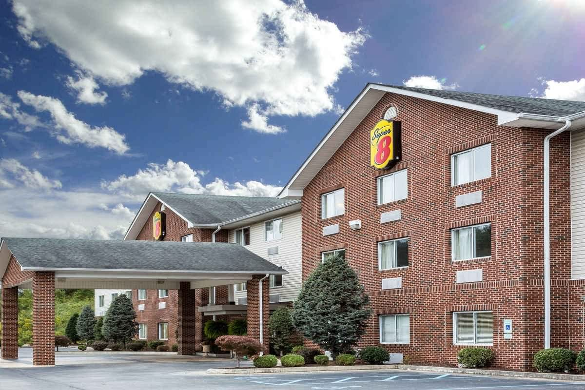 Ultimate List of Best Cheap Hostels for Backpackers in Huntington, West Virginia, Super 8 Huntington