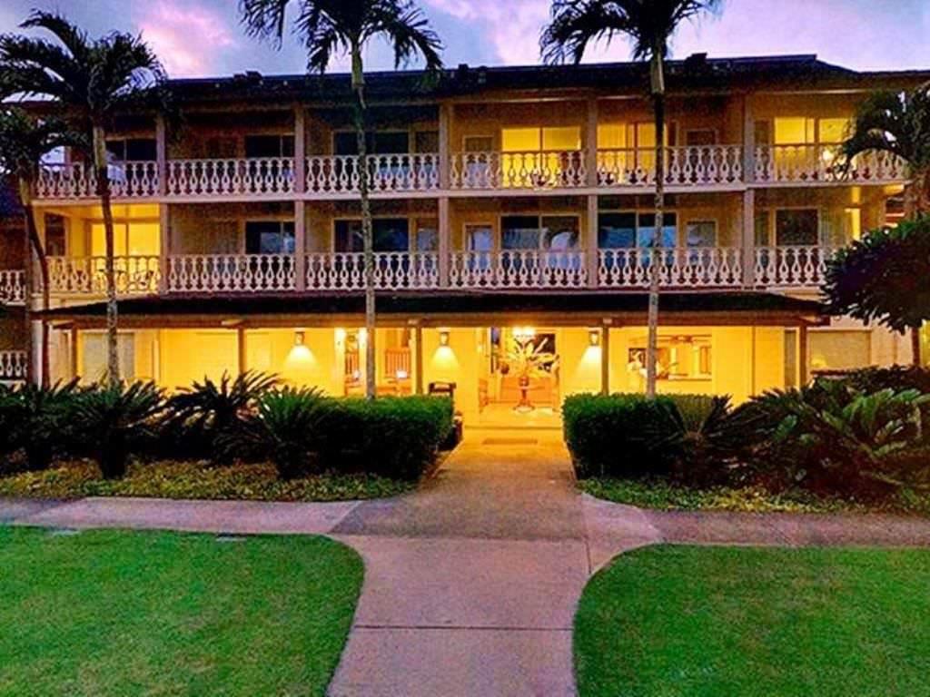 Ultimate List of Best Cheap Hostels for Backpackers in Kauai, Hawaii, Aston Islander on the Beach Hotel
