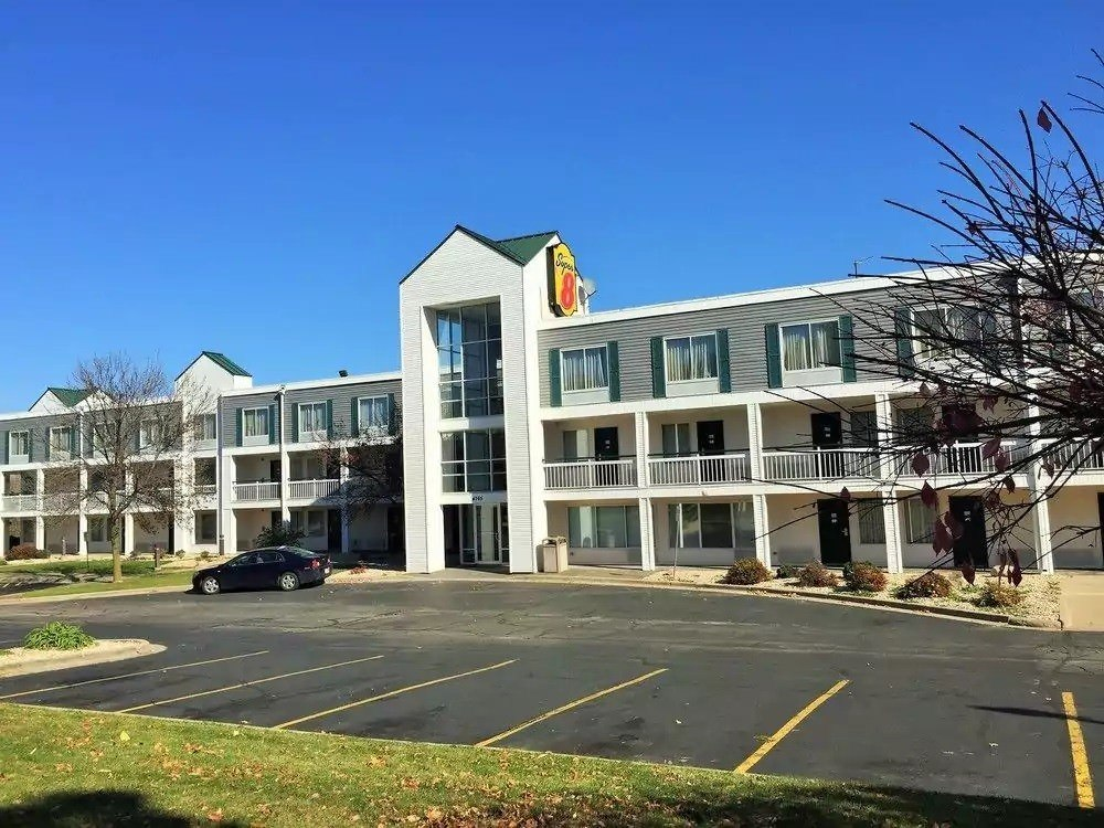 Ultimate List of Best Cheap Hostels for Backpackers in Madison, Wisconsin, Super 8 Madison East