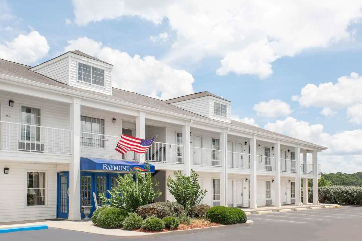 Ultimate List of Best Cheap Hostels for Backpackers in Meridian, Mississippi, Baymont Inn & Suites - Meridian