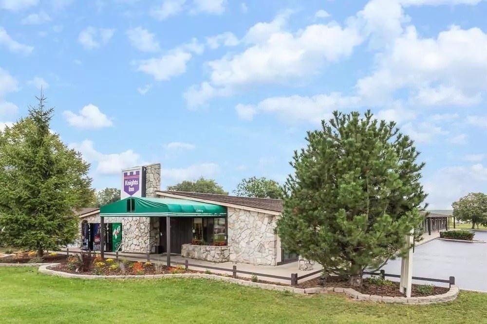 Ultimate List of Best Cheap Hostels for Backpackers in Racine, Wisconsin, Knights Inn Racine