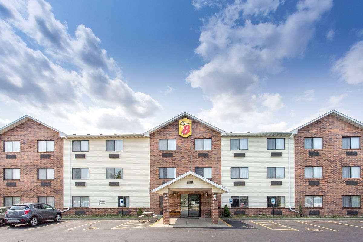 Ultimate List of Best Cheap Hostels for Backpackers in Racine, Wisconsin, Super 8 Racine