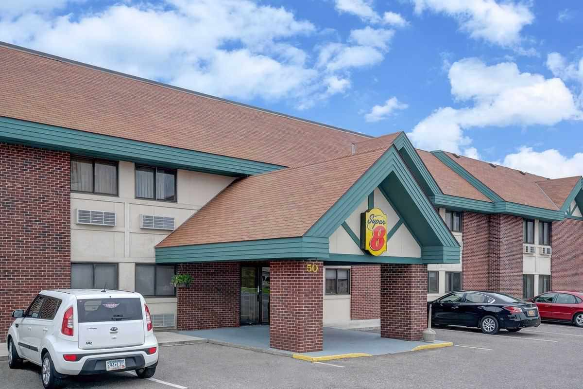 Ultimate List of Best Cheap Hostels for Backpackers in Saint Cloud, Minnesota, Super 8 St. Cloud