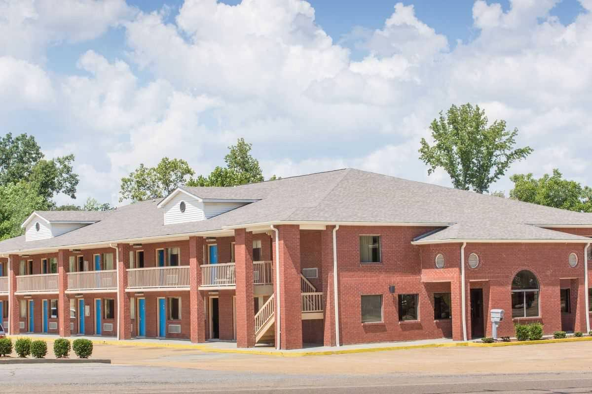 Ultimate List of Best Cheap Hostels for Backpackers in Tupelo, Mississippi, Days Inn Tupelo