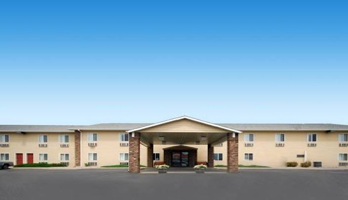 Ultimate List of Best Cheap Hostels for Backpackers in Watertown, South Dakota, Quality Inn and Suites Watertown