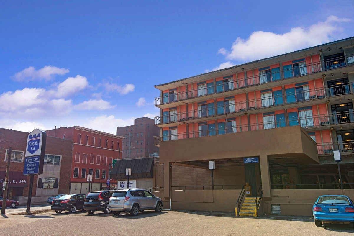 Ultimate List of Best Cheap Hostels for Backpackers in Wheeling, West Virginia, Knights Inn Wheeling