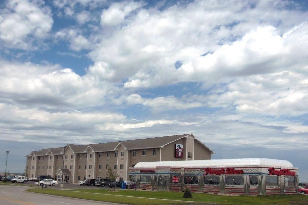Ultimate List of Best Luxury Hotels in Fremont, Nebraska, Oak Tree Inn Fremont